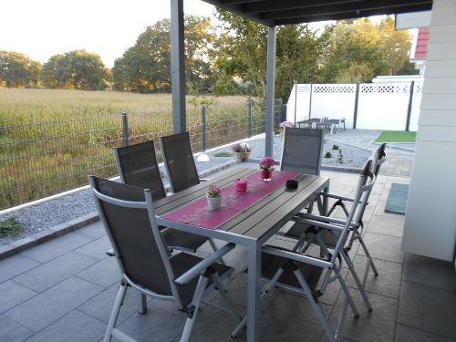 Gartenmöbel auf überdachter Terrasse