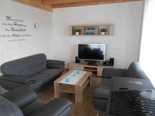 Wohnzimmer mit Smart TV und Sky Receiver