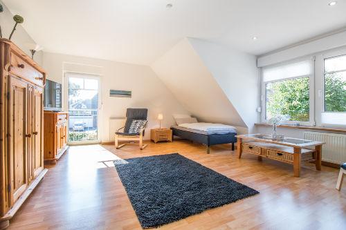 Freundliches Wohn-/Schlafzimmer