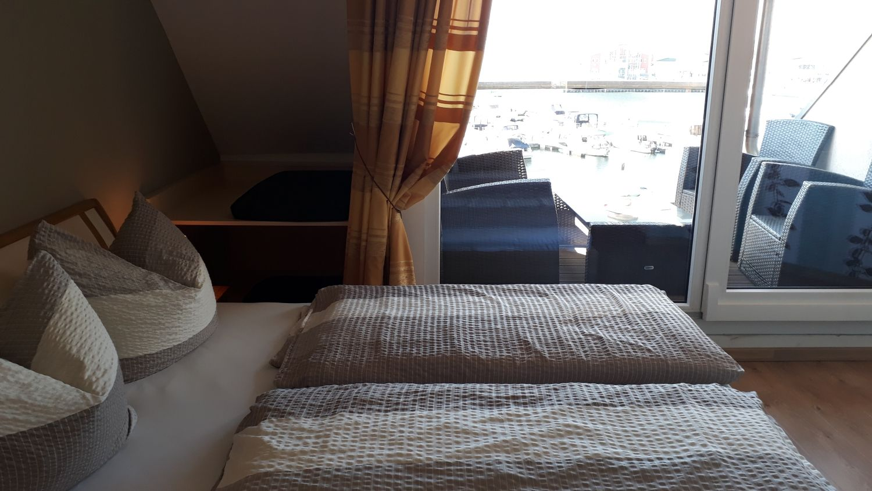 Das Doppelbett, links die K�che