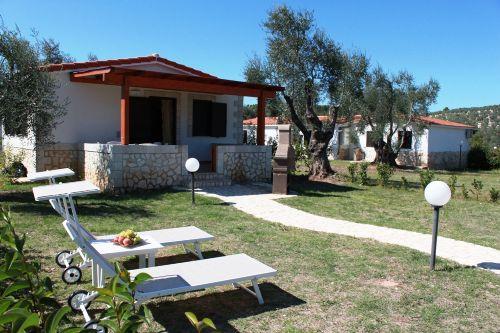 privaten Garten mit Liegebetten und Gril