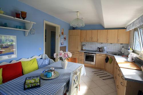 Große, moderne Küche mit 7 Sitzplätzen