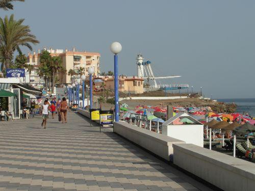 Strandpromenade mit Leuchtturm