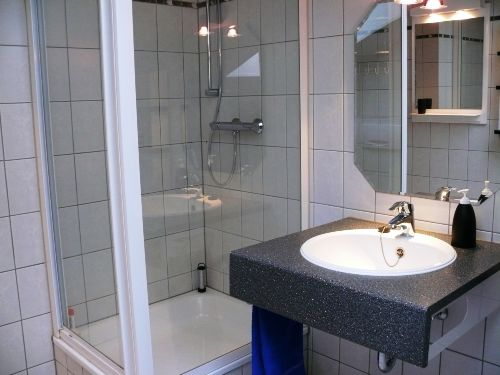 2 Bäder mit Dusche und WC