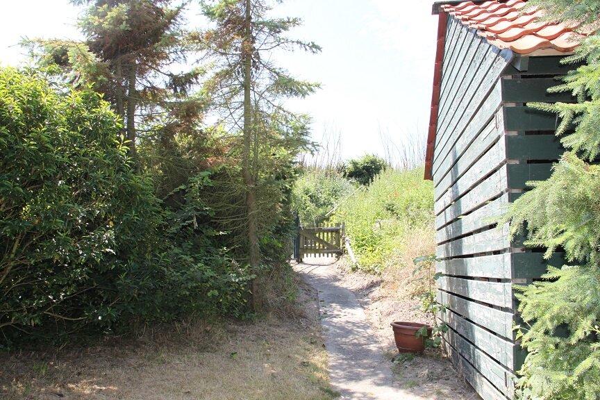 Garten und Fu�weg direkt zum Strand