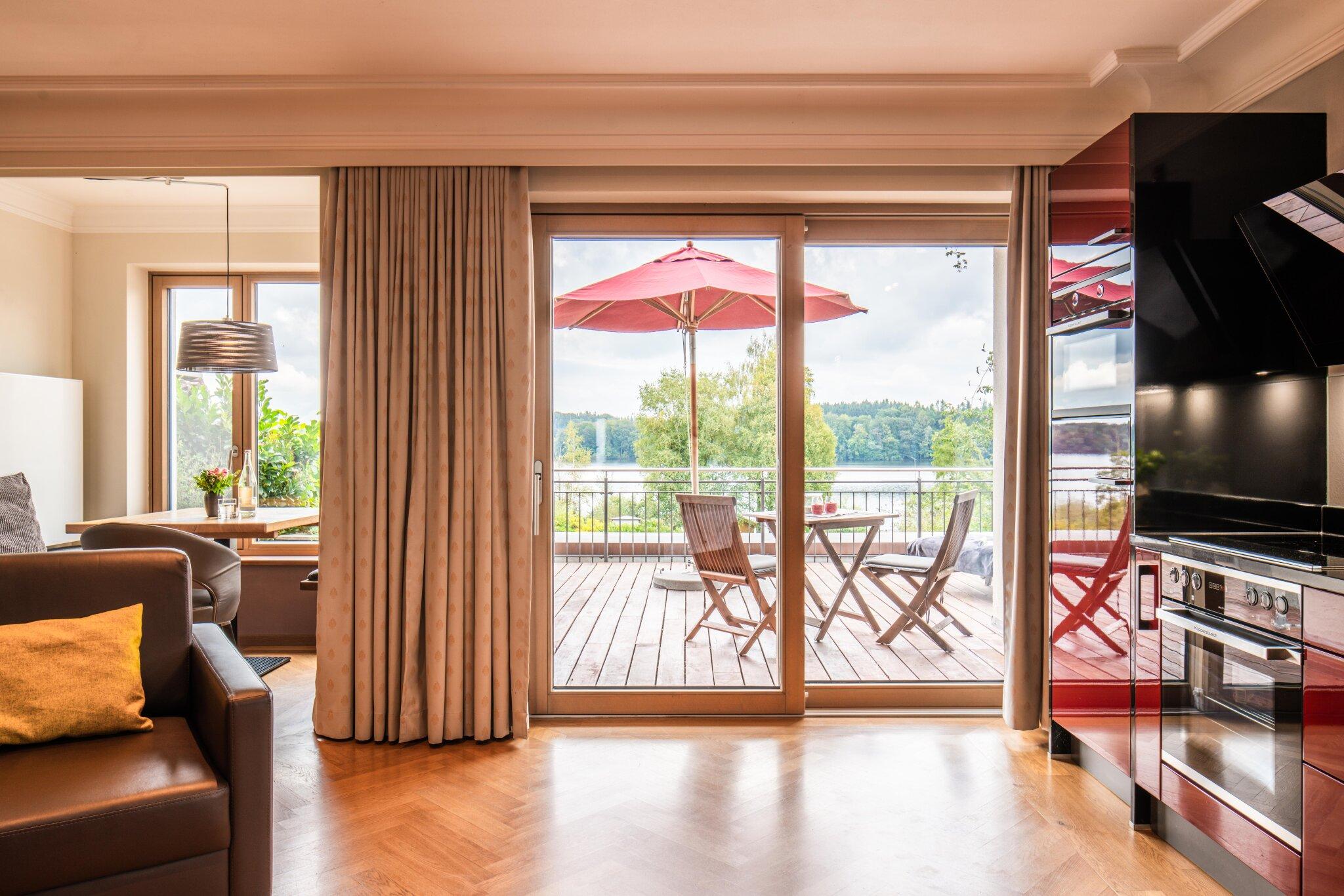 Terrasse See-Lodge mit Pelhamer-See