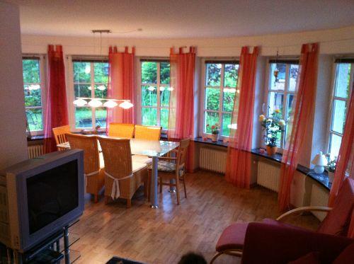 Wohnzimmer mit Gartenansicht