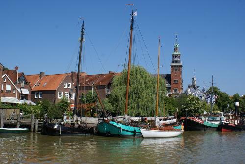Leer Rathaus und Museumshafen