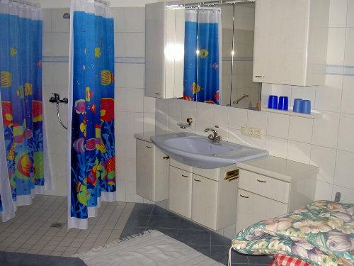 Begehbare Dusche und Badanbauwand
