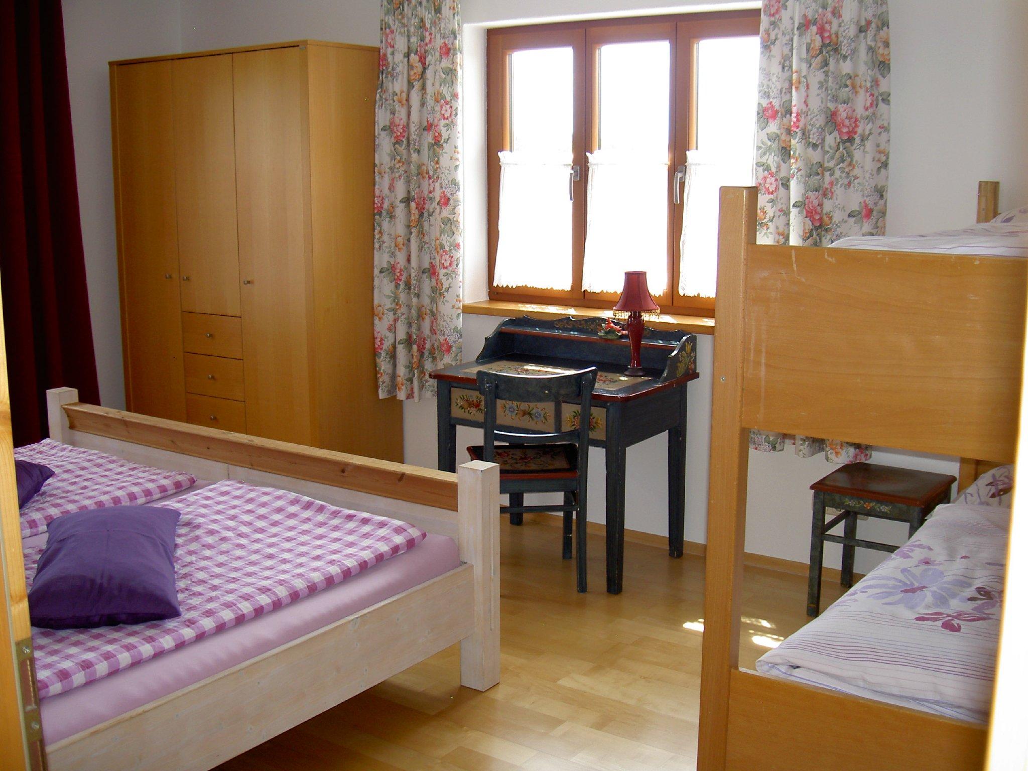 Schlafzimmer: bemalte Bauernm�bel