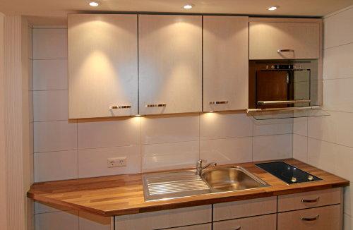 Moderne Einbauküche mit vielen Extras
