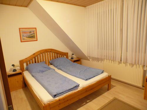 Schlafzimmer Ober mit Rollade verdunkelt