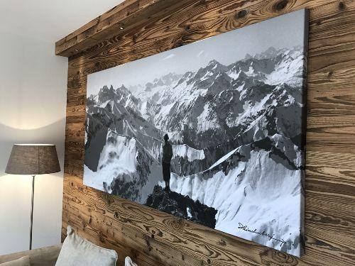 Altholzwand mit originellem Bild