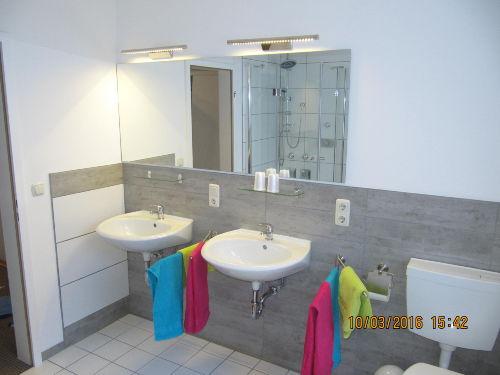 neu gestaltetes Tageslichtbadezimmer