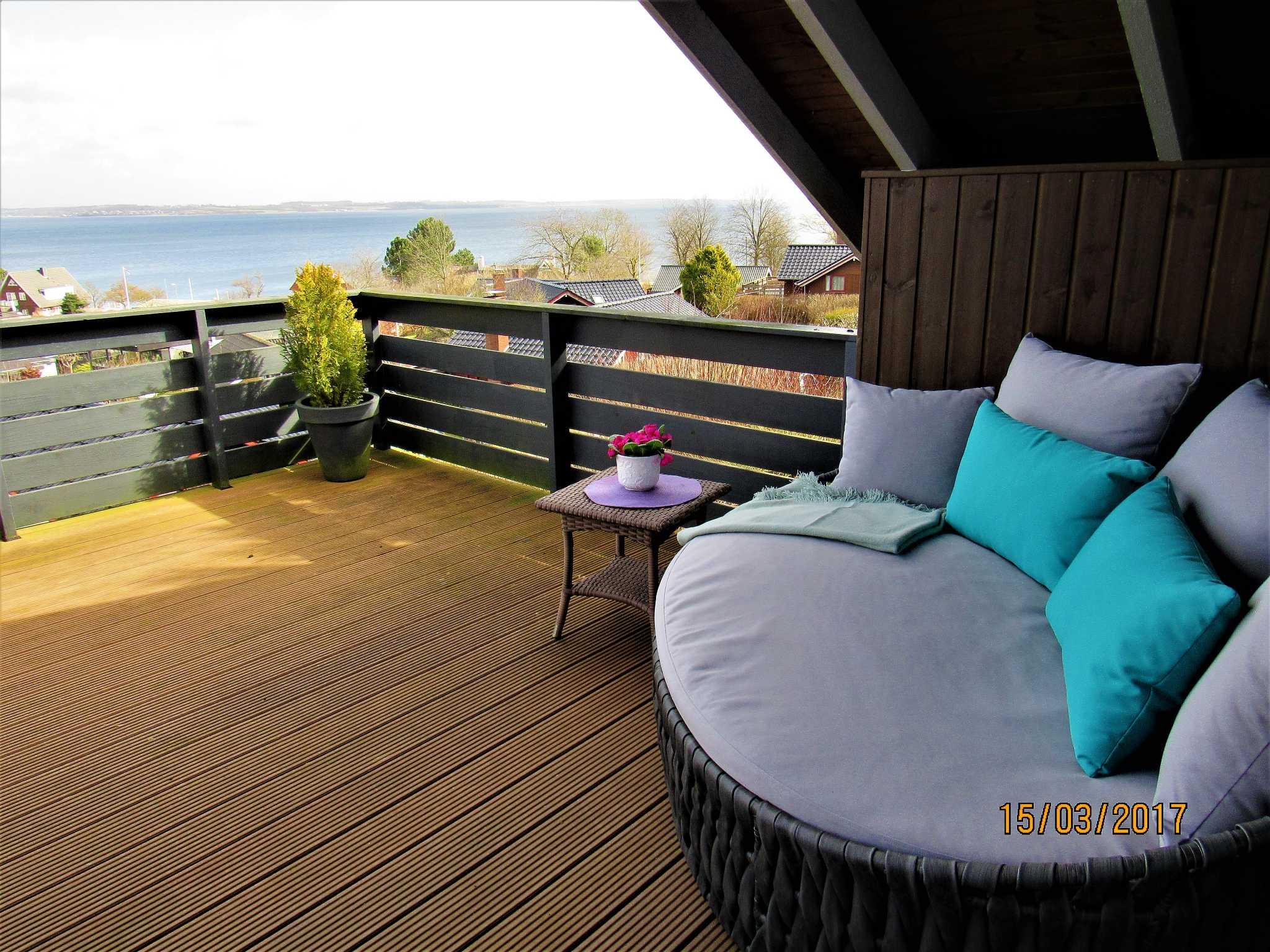 Blick vom Hang auf Haus und Meer
