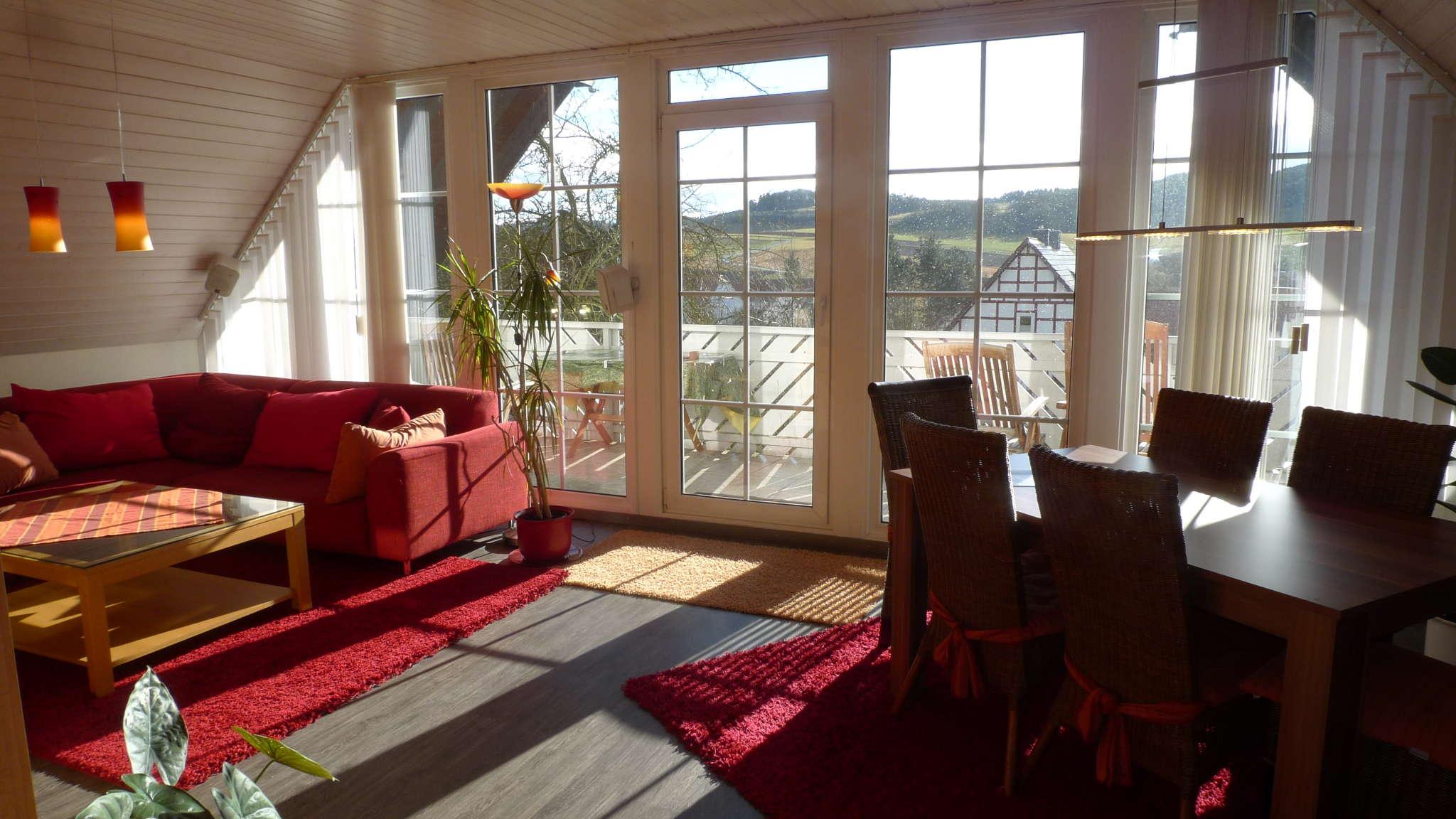 Blick ins Wohnzimmer mit Panoramafenster