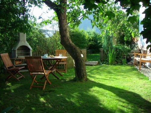 Kleiner Garten mit Grillplatz