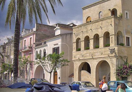 Häuser an der Promenade von Villammare