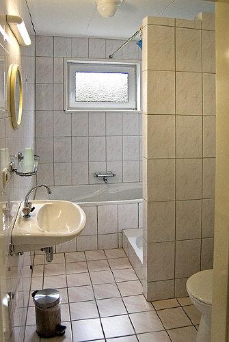 Badezimmer mit Bad und seperate Dusche