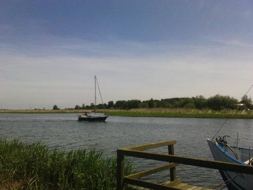 Einlaufen eines Seeglers in den Hafen