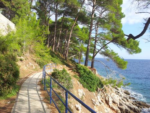 Losinj, Valdarke Bucht, Promenade