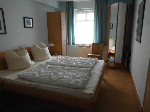 Schlafzimmer mit erhöhtem Doppelbett