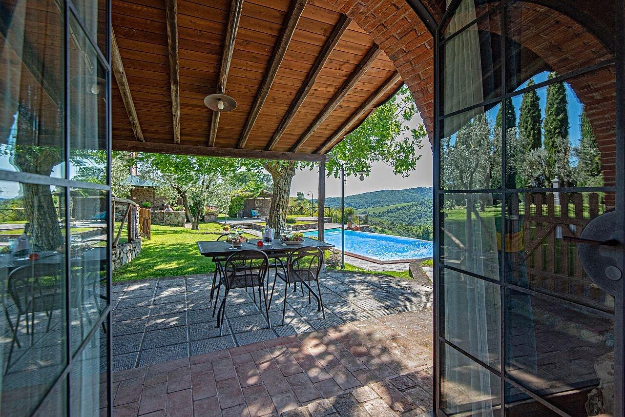 Wohnbereich mit Kamin und (Schlaf)Couch