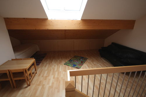 Einzelbett links Schlafsofa rechts