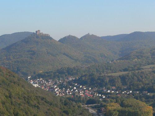 Blick Richtung Annweiler auf den Trifels
