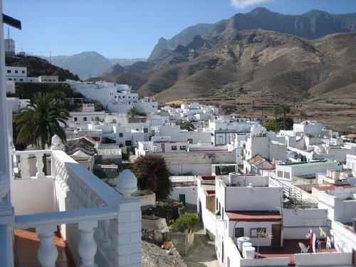 Blick von der Terrasse auf Berge und Ort