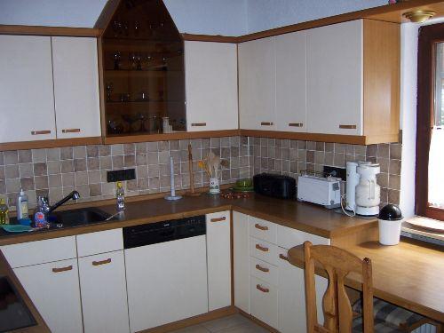 Küche mit Spülmaschine und Geräten