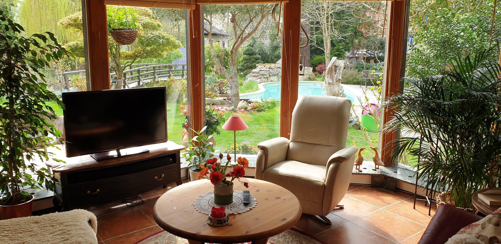 Blick vom Balkon zu Pool und Garten