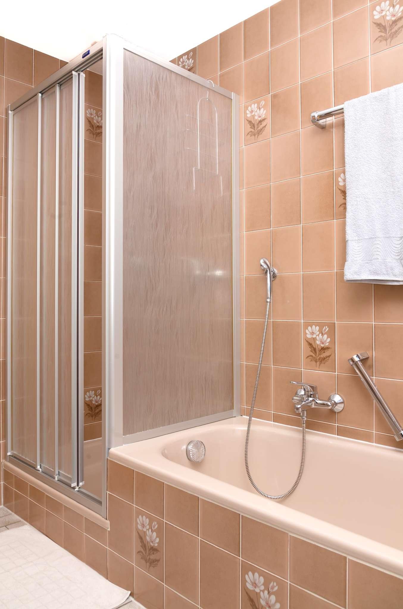 Dusche mit Bad