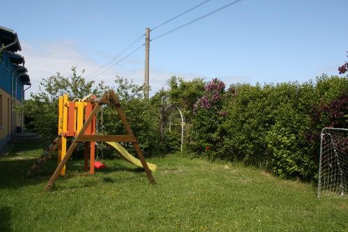 Garten mit Spielplatz und Fussballtor