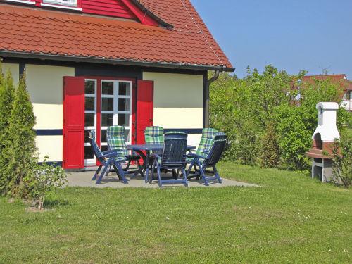 Terrasse mit Möbeln und Grillkamin