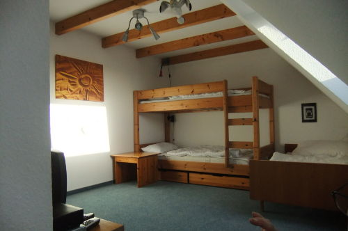 Kinderzimmer mit Hochbett und Einzelbett