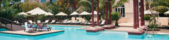 Luxusdomizil mit Pool und Palmen
