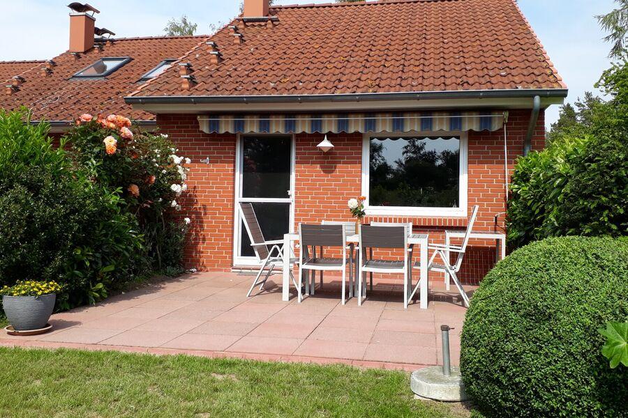 Garten mt Terrasse im Sommer