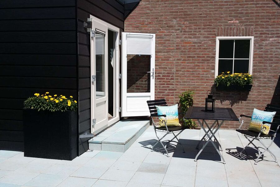 Sonnige privateTerrasse mit Gartenmöbeln