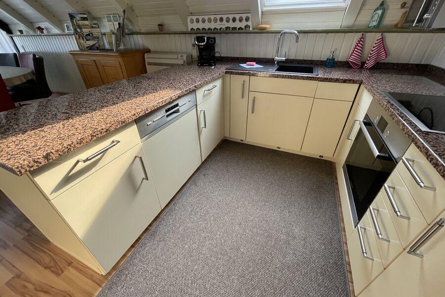Küche mit Granitplatte und Tassimo