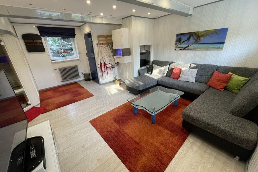 Couch im Wohnzimmer UG mit Kühlschrank