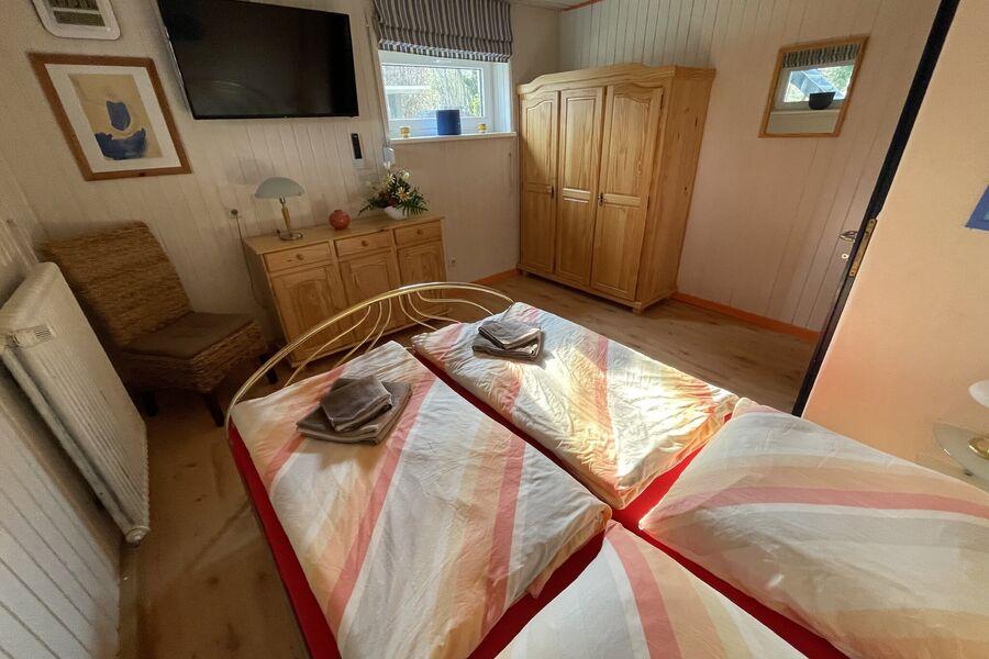 Schlafzimmer im UG mit 42 Zoll LED TV