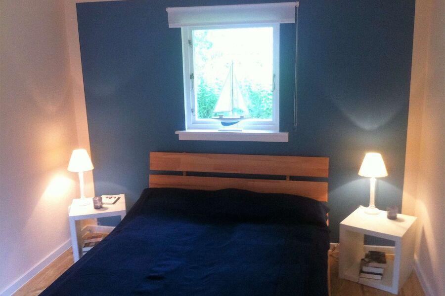 Elterschlafzimmer (140cm breites Bett)