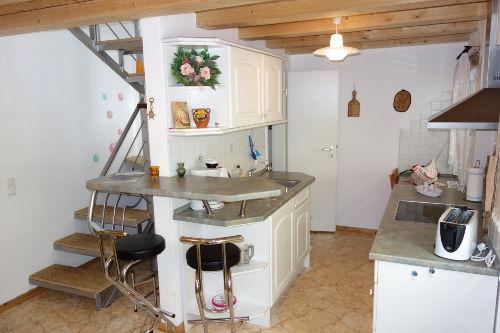 Küche mit Tresen und Treppe zur 2.Etage
