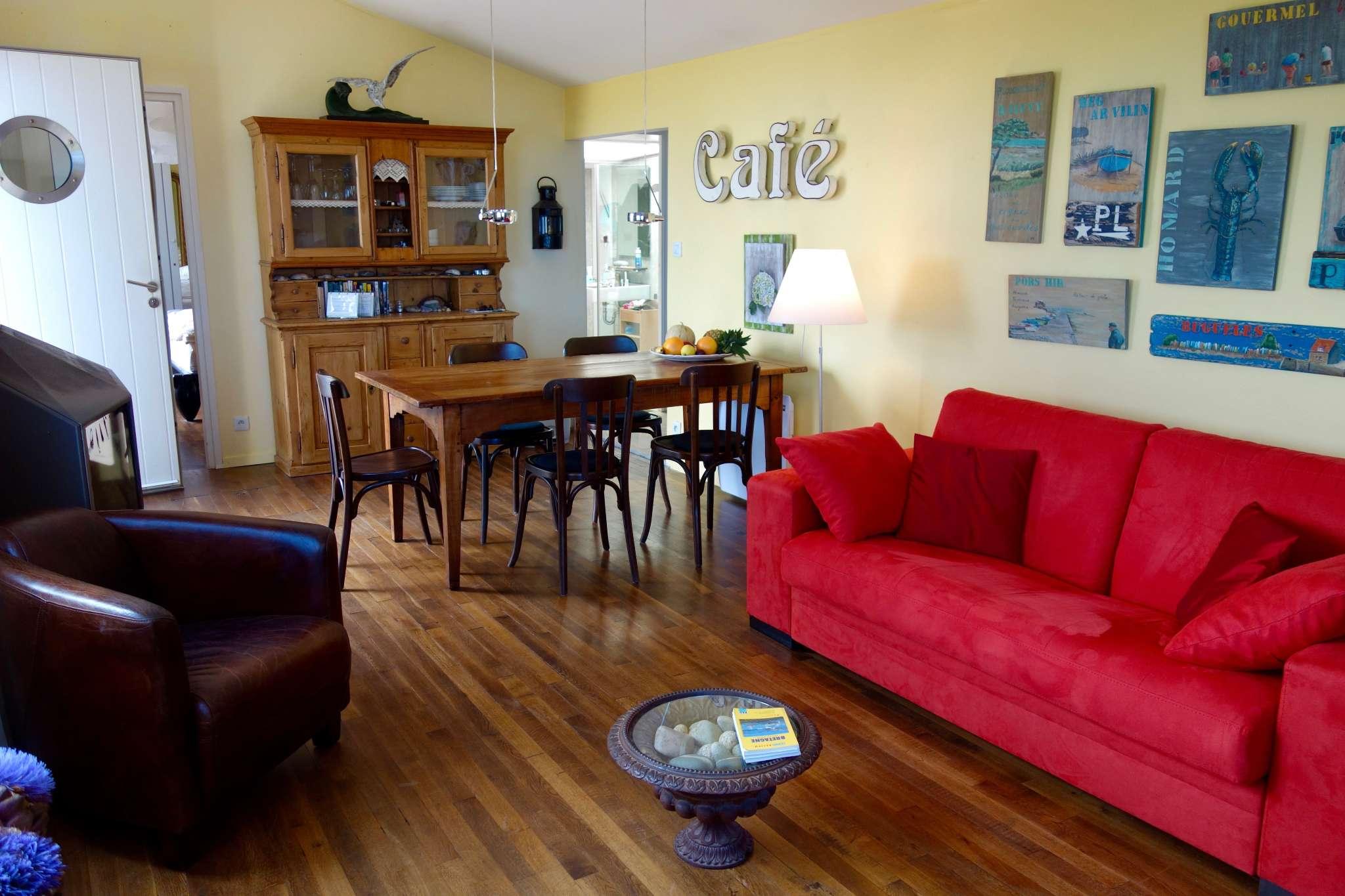 Wohnzimmer mit Cheminéofen und Bettsofa