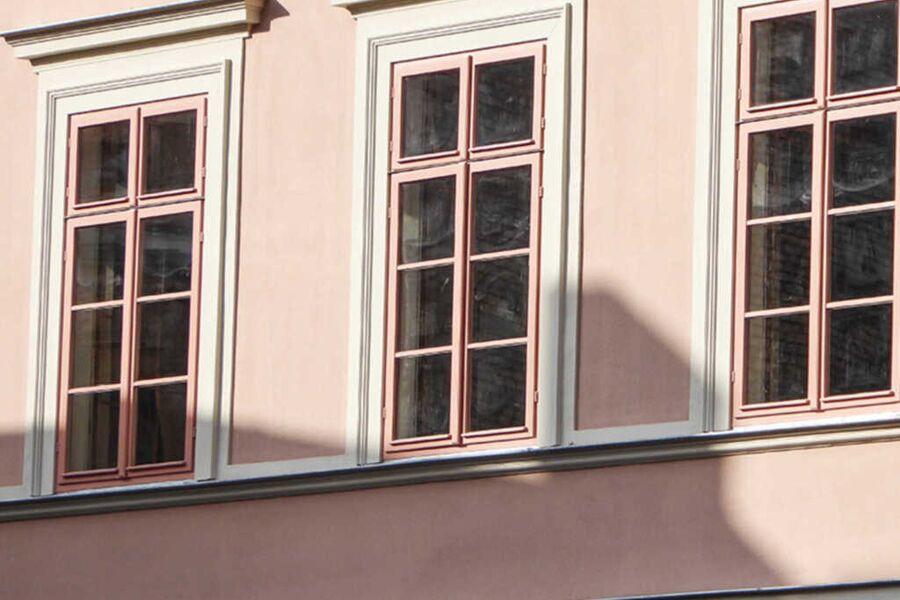 Denkmalgerechte Fensterfront auf der Straßenseite