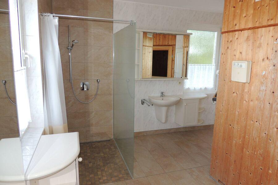 Bad mit Sauna, Dusche, WB, WC