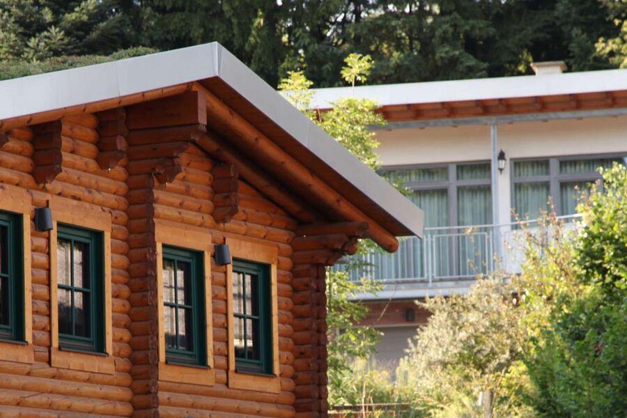 Blockhaus mit Blick zur Ferienwohnung