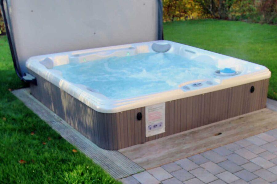 Hauseigener Außenwhirlpool (ganzjährig 38 °C)
