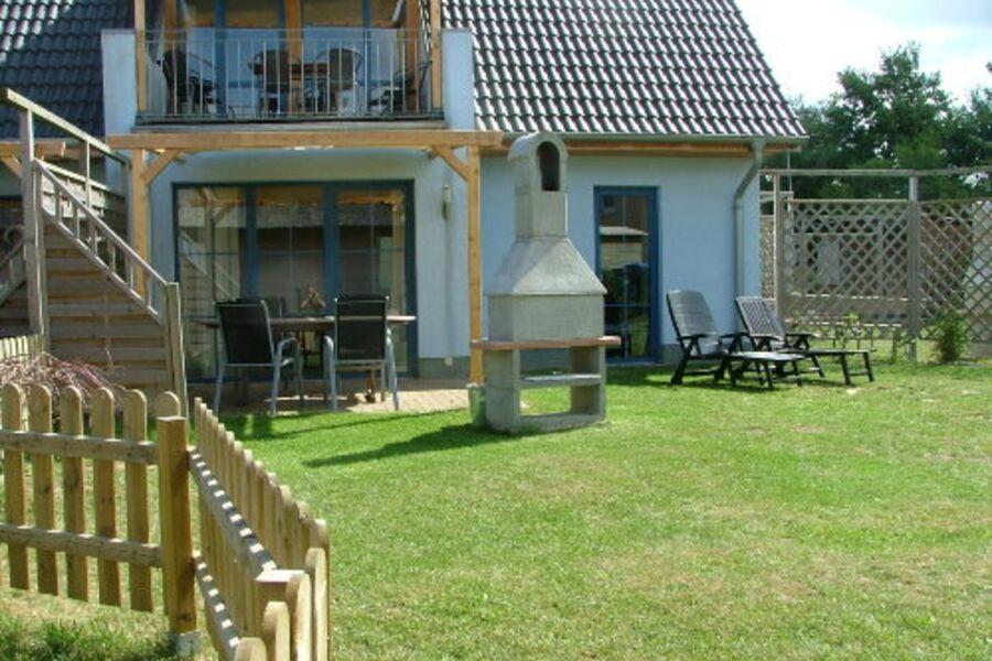 Terrasse mit Sonnensegel und Grill